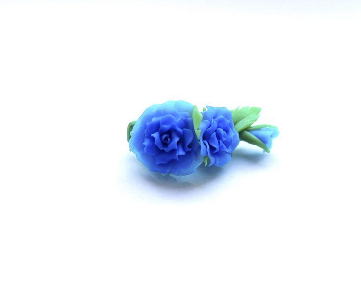 """ЛАВКА ПОДАРКОВ Аксессуары для прически Заколка-уточка """"Синие розы"""" Оригинальная заколка - роза в синих тонах. Смотрится красиво и необычно, особенно подойдет к платьям с подходящими тонами и рисунком. Длина основы 5,5 см. https://vk.com/market-90886487?section=album_7&w=product-90886487_208708%2Fquery"""