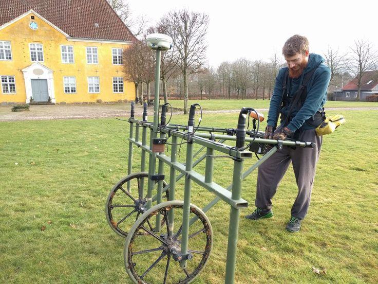 Arkæologiske undersøgelser med geomagnetometer foran Herningsholm Museum. Museum Midtjylland.