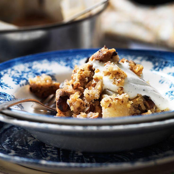 Päronpaj med knaprigt nöttäcke. Missa inte vaniljsåsen – den är superenkel att göra och så god!