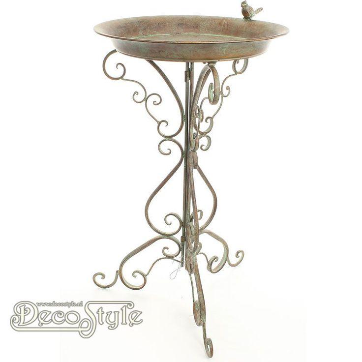 Oerdegelijke weerbestendige metalen vogeldrinkbak op voet. Op de rand van de bak zit een metalen vogeltje. Heel leuk om je tuin mee aan te kleden en zeker ook leuk voor de vogels. Materiaal: Metaal Kleur: Bruin Afmetingen: Hoogte: 74.2 cm Breedte: 46.5 cm Diepte: 46.5 cm A METAL BIRD BATH