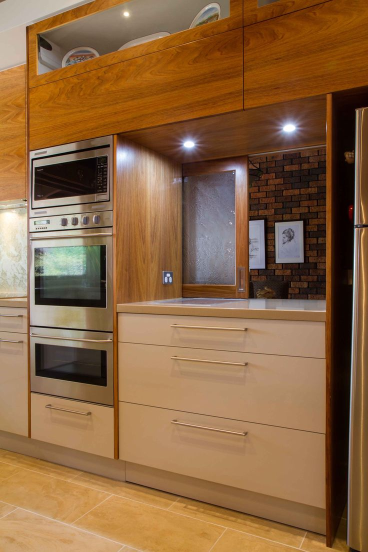 A stunning, mid-century inspired kitchen to suit the 1970s built home. www.thekitchendesigncentre.com.au @thekitchen_designcentre