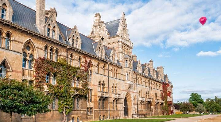 Universiteit van Oxford. De ruimte van Christ Church is in de Harry Potter films vooral herkenbaar als de hal waar altijd gegeten wordt.