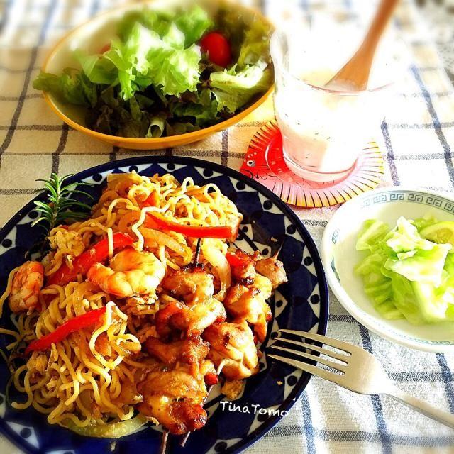 昔は毎年行ってました。大好きインドネシア、やはりバリは特別(•ө•)♡  ケチャップマニスほしーなー。  無くても食べたいから、調べて私なりの調味料でやってみたら エナッ スカリ!バグース(♡´艸`) - 99件のもぐもぐ - インドネシアに想いを馳せ、ミーゴレンとチキンサテランチ! by tinatomo