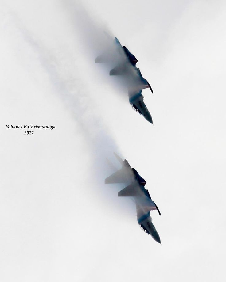 Berenang di langit The Russian Knights 237 TsPAT (237-th Aviation Technology Demonstration Center of the RF's AF) in action…. #sukhoi #su30 #flanker #russianknights #aerobatics #team #russian #airforce #lima17 #langkawi #exhibition #malaysia #avgeek...
