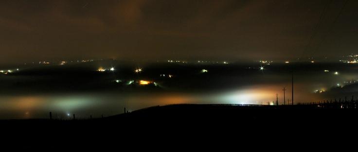 Terzo scatto di nuvole di nebbia nella notte che appaiono e scompaiono rivelando case e strade... Santa Maria della Versa - PV