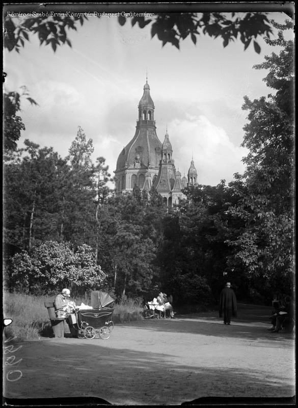 Budapest, 1930-as évek Városliget, a háttérben a Közlekedési Múzeum épülete. Kinszki Imre