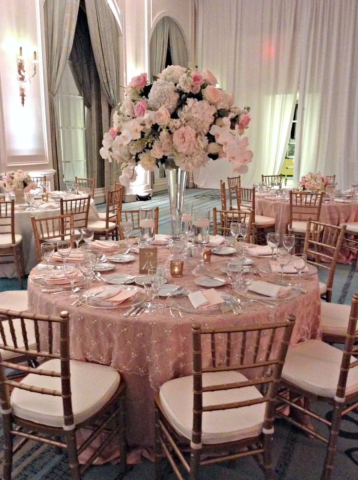 Boda de color rosa con decoración de mantel y centro de mesa para un estilo romántico. #DecoracionBodas