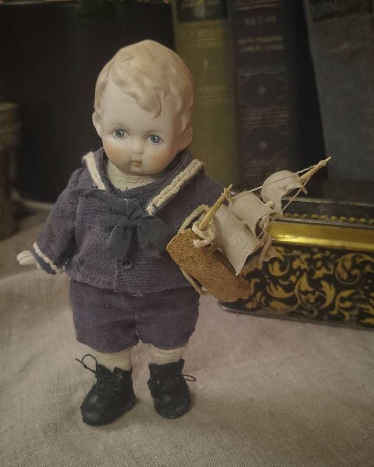 """""""...Мааам, ну пошли гулять, ну мааам..""""😁Моряк готов💃⚓Рост 13см. Антикварные фарфоровые детали, роспись моя🙈 Вся одежда и обувь сшита вручную. Одежда вся съемная. Ребёнок при маме🏠  #антикварныематериалы #кукларучнойработы #интерьернаякукла #авторскаяработа #авторскаякукла #моряк #морячок #винтаж"""