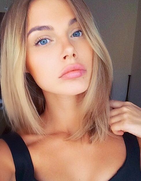 Great hair length with a natural ombre and natural makeup.