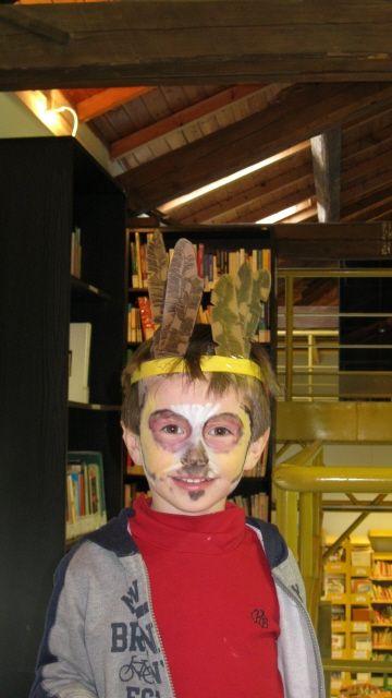 Un giovane partecipante (Foto di M.Canziani) ad un laboratorio didattico sul piumaggio dei rapaci notturni organizzato dall'Associazione Uomo e Territorio Pro Natura con la Biblioteca di Gropello Cairoli (Notturni in Biblioteca) (www.laviadeicairoli.it).