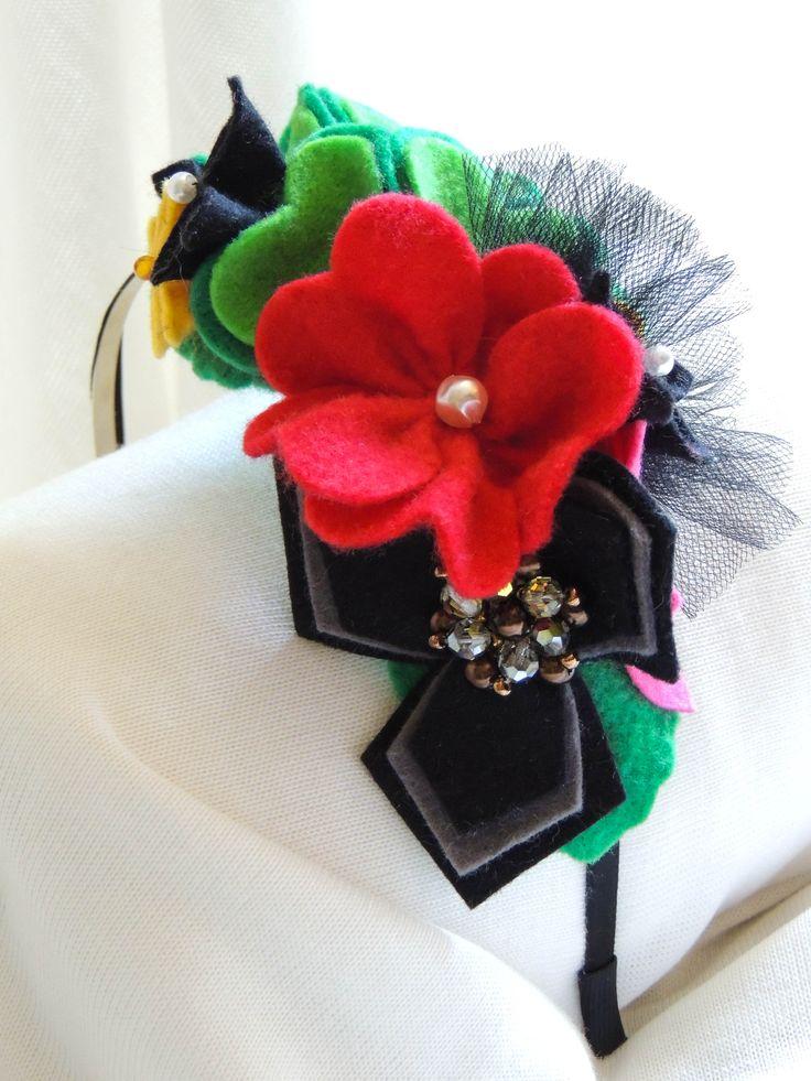 Čelenka kovová filcové květy zdobená černým tylem s aplikací korálkové brože.Cena za jeden kus 350,-Kč (13 euro)