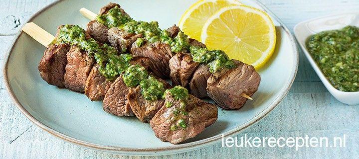 Makkelijke biefstuk spiezen met een zelfgemaakte salsa verde van verschillende kruiden