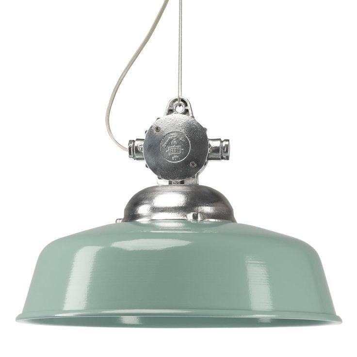 Detroit Retro Groen De Detroit hanglamp heeft een uniek stoer uiterlijk. De lamp is bevestigd aan een aluminium hand gegoten vintage stroom behuizing welke de lamp een bijzonder uiterlijk geeft. Met de bijgeleverde bijpassende aluminium plafondhaak hangt u de lamp op met het dubbele ijzerdraad. De lamp is zo ook makkelijk in hoogte verstelbaar. Terug in de tijd met de unieke retro kleuren blauw, groen en bruin. Of gewoon een stoere variant in het antraciet of zwart.