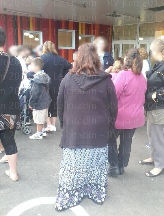 """Manifestation de soutient pour garder un poste à l'école """"Jean Moulin"""" (du stade) à Bernay..."""