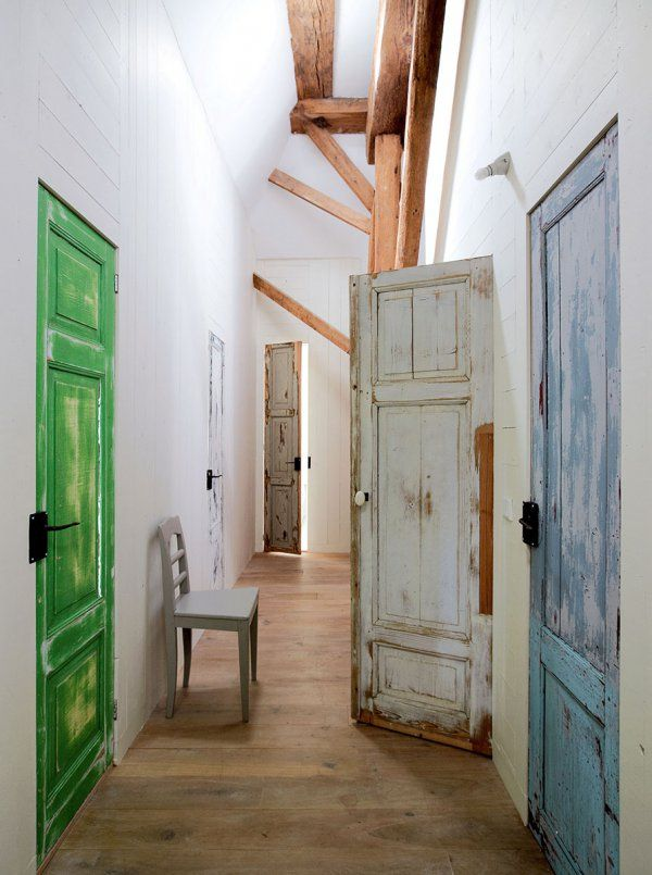 Un couloir tout en bois avec des notes de couleur