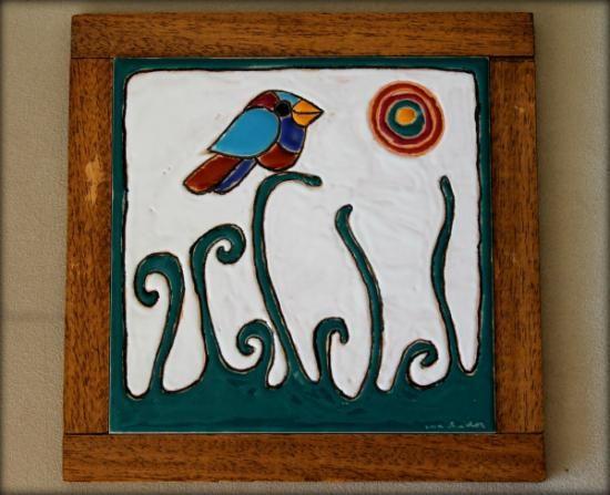Azulejo pintado en cuerda seca montado en marco de madera hecho a mano. Medidas 15x15 cm. con el marco 18,5x18,5 cm.