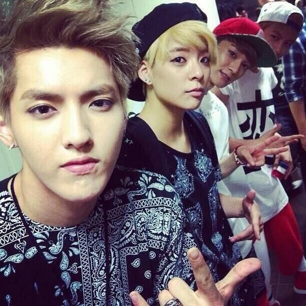 f(x)'s Amber with EXO's Kris, Chen and Baekhyun ^.^ Amber is boss~<<<This picture is so awesome