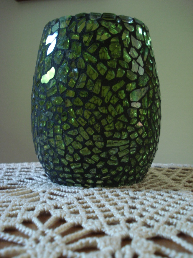 Vaso decorativo de mosaico em vidro: vidro temperado colorido com verniz vitral verde oliva e  rejunte preto (dia).