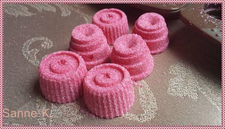 Liebes Zucker   (für Heißgetränke wie Glühwein, heiße Milch, oder Tee)           Silikon Pralinenförmchen   (am schönsten eine Herzform)   ...