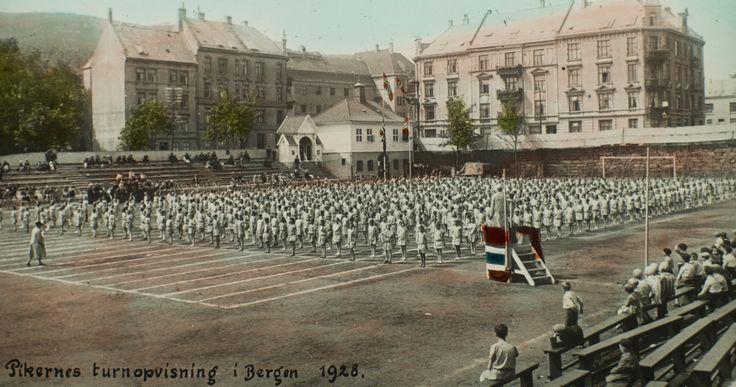 Pikernes turnopvisning i Bergen 1928.  Fotografi skapt av Ukjent Reprodusert av Atelier KK  Laget mellom 1928-01-01 og 1928-12-31