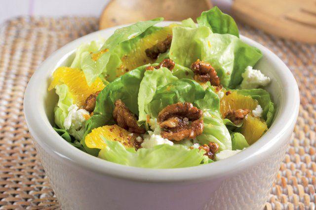 Salat s orechami, pomarancom a syrom