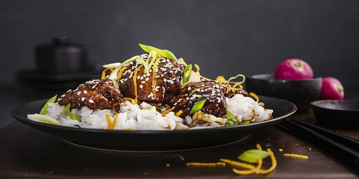 Tenk deg søte, klissede kyllinglår som smelter på tungen. Oppskrift på sticky asian glaced chicken med syltede grønnsaker.