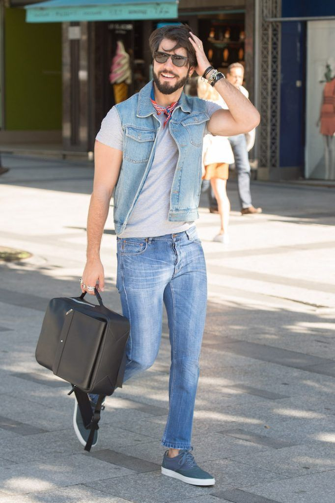 Look maculino total jeans com tênis Raphael Steffens
