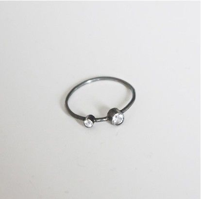 OXIDERET RING MED HVID TOPAS via NO79. Click on the image to see more!