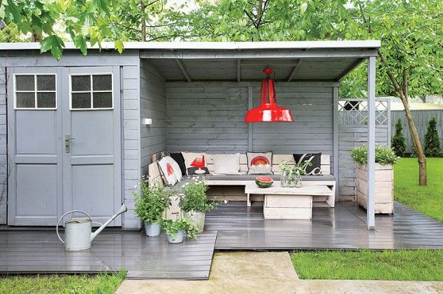 I like the privacy provided by the two walls of the shed, nice and cozy. Dutch outdoor design in Warsaw, Poland.