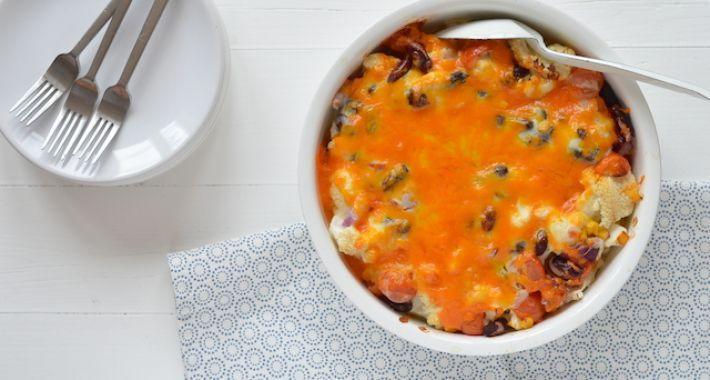 bloemkool uit de oven   Ingrediënten voor 4 personen 1 grote bloemkool 1 pot HAK bonenmix (maïs, kidneybonen, bruine bonen en kikkererwten) 200 gr cherry tomaten 1 rode ui 1 x recept voor bechamelsaus 40 gr cheddar of een belegen kaas 1 tl komijn Peper en zout  Zo maak je het Snij de bloemkool in roosjes en was ze.  Kook de bloemkool in 5 minuten beetgaar in water met zout. Je kunt deze stap eventueel overslaan, alleen moet je dan de oventijd verdubbelen.