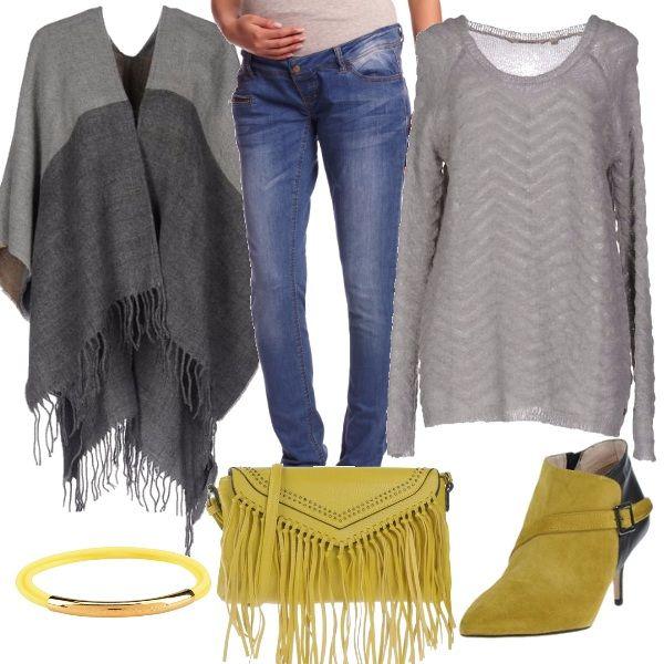 Per questo outfit: jeans premaman, maglioncino grigio con motivo morbido, mantella grigia con frange, borsetta giallo lime con frange, tronchetto dello stesso giallo e braccialetto Marc Jacobs.