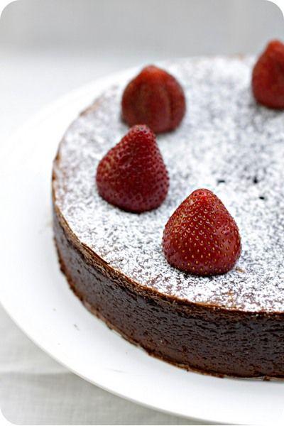 """Спешу-спешу поделиться невероятным открытием - знакомьтесь, Шоколадный торт без муки ! У нас он также малоизвестен,насколько популярен в Америке. Что же это - удивительный десерт, который моментально прописался в списке """"лучших и любимых""""? А вот закройте глаза и представьте -…"""
