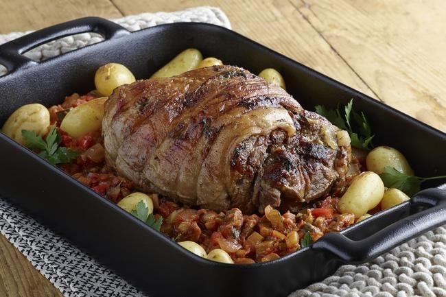 Lammestek med ratatouille og småpoteter - Hvitløk, timian og ratatouille er franskmenns favorittsmaker til lam. Et par timer i ovnen og en halvtimes hviletid gir en ekstra saftig stek.