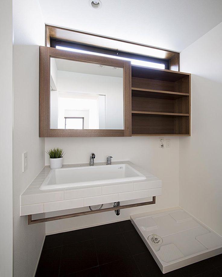 「【パン工房のある家】 スライドするミラー収納とタイルの洗面台。 #ldhomes #ラブデザインホームズ #architecture #建築 #design #デザイン #house #住宅 #build #新築 #bathroom #洗面室 #パン工房のある家」