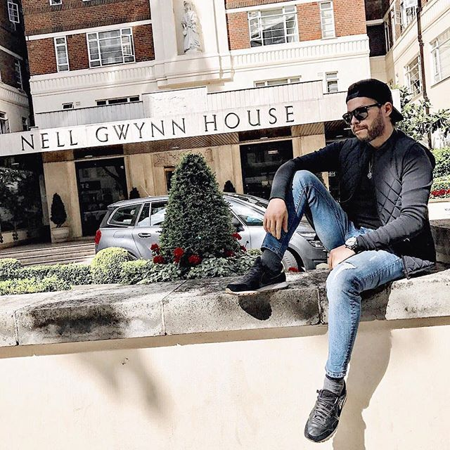Summer days in London🇬🇧 • • • #ootd #outfitoftheday #mensfashion #menstyle #look #manstyle #swag #style #stylish #swagg #man #shirt #fresh #dope #bespoke #mylook #men_inspiration #sneakers #jeans #outfit #london #mytinyatlas #popyacolour #mytinyatlaslondon #gramminginlondon #thisislondon #lovetheworld #worderlust #huntgram #liveauthentic