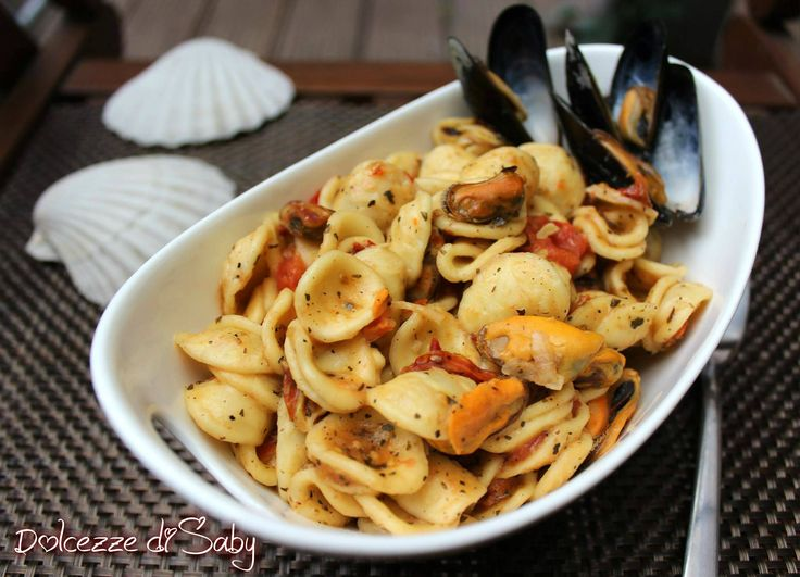 Le orecchiette con pomodorini e cozze sono un gustosissimo primo piatto facile da fare. Ideale per le giornate di festa é un primo piatto ricco di sapore e
