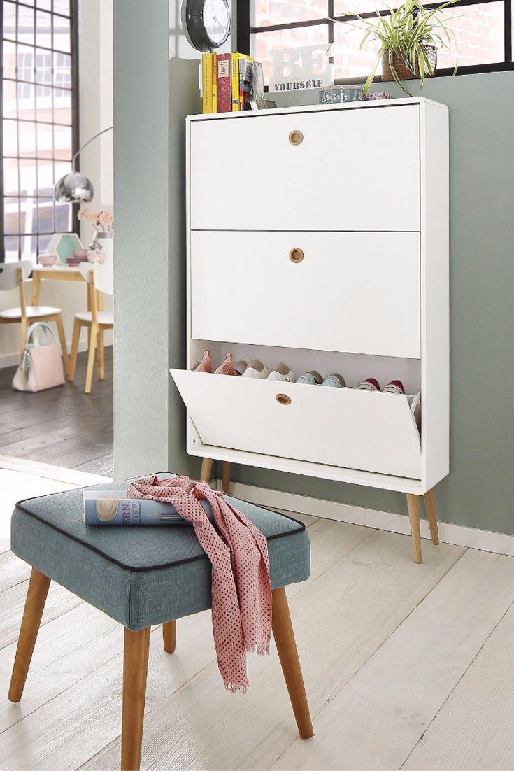 Wir lieben den blaugrauen Retro-Hocker und die weiße Schuhkommode - besonders in Kombination mit der tollen Wandfarbe