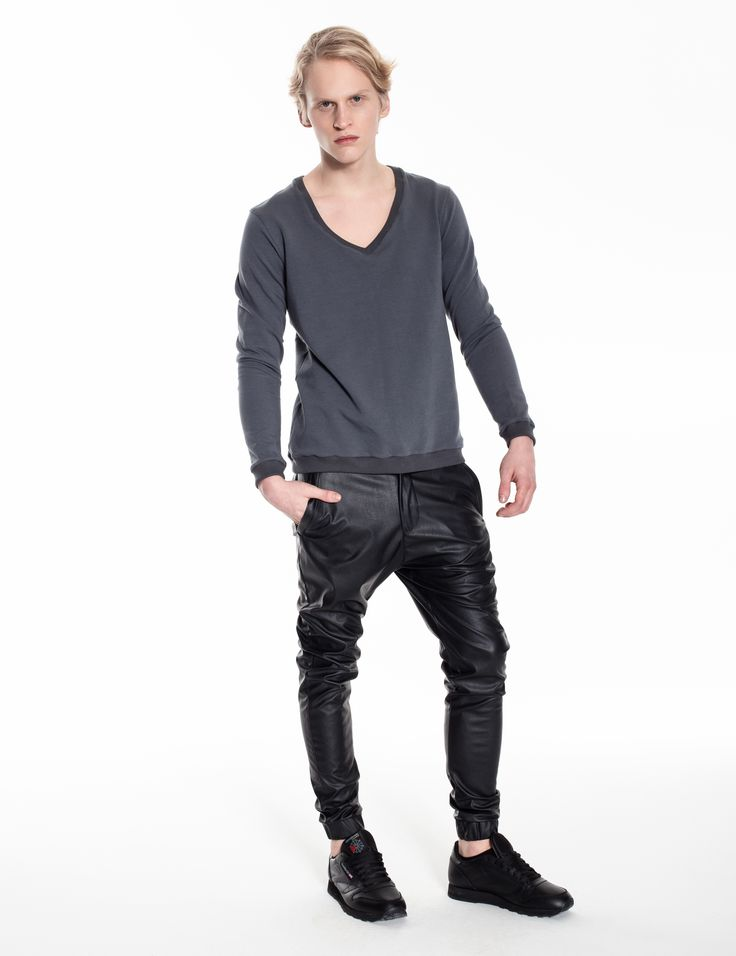 Model is wearing: grey sweathirt aka sweater & black Univerum pants made of matte eco-leather