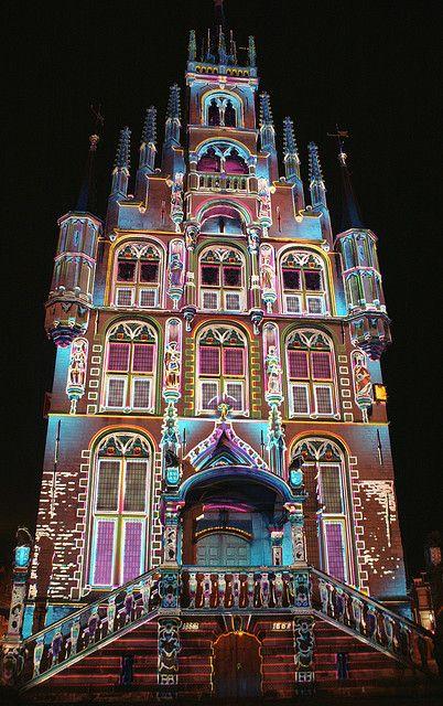 The City Hall in Gouda, Zuid-Holland, Niederlande ... special illumination for Christmas.
