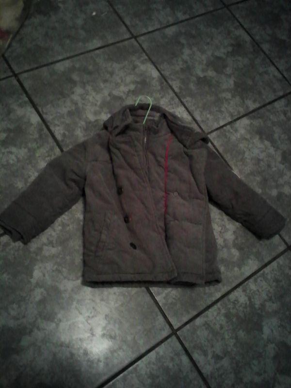 Manteau bien chaud avec capuches. Location manteau fille 2 ans Okaidi à Juilley (50220) _ www.placedelaloc.com/location/maison-vetements-soin