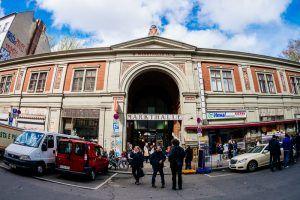 Veel oude markthallen in Berlijnzijn aan een tweede jeugd begonnen. De Markthalle IX in Kreuzberg is daar een perfect voorbeeld van! Deze oude markthal wordt voor steeds meer evenementen gebruikt en zo vindt hier sinds een aantal maanden ook elke donderdagavond de Street Food Thursday plaats. Street food markten zijn in New York en Londen …