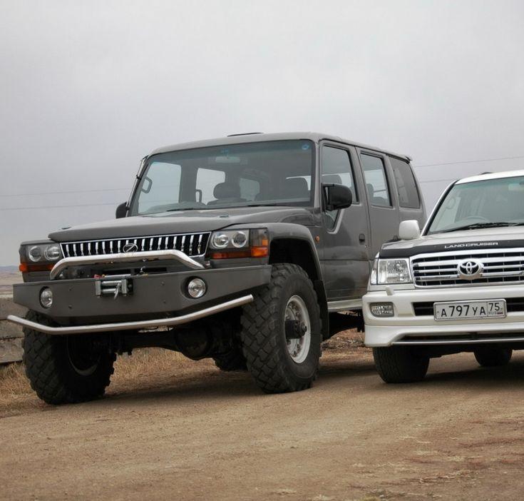 Mega Cruiser Russia - внедорожник из ГАЗ-66 - Автомобиль был облачен в новый образ. Капот – оригинальный, крылья изготовлены с использованием таковых от ГАЗ-3307, решетка радиатора была собрана из двух решеток от Prado, фары от Delica, багажная часть от минивэна Noah, сдвоенная кабина от грузовика Isuzu Elf, оба бампера были изготовлены самостоятельно из металла.