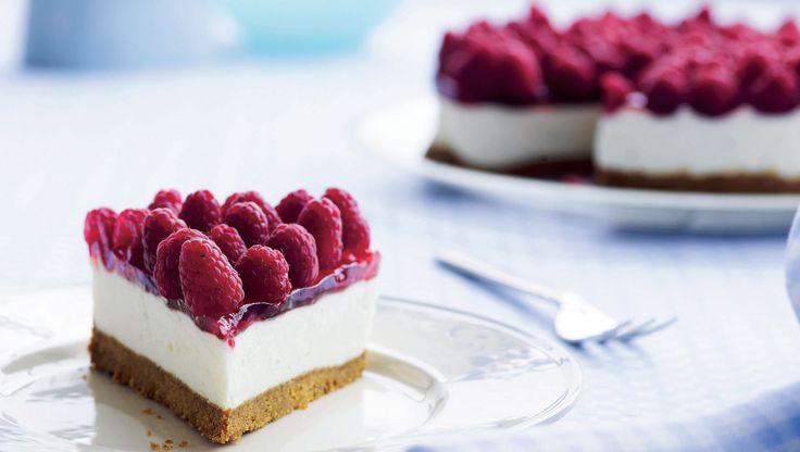 Cheesecake med sprød bund, fløjlsblød creme og friske bær. Du går ikke galt i byen med denne cheesecake. (Recipe in Danish)