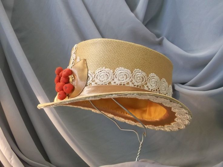 Купить Бежевая шляпка-цилиндр с объемной брошью ягоды. Cделать на заказ. Магазин рукоделия Крафтбург | арт.:3986