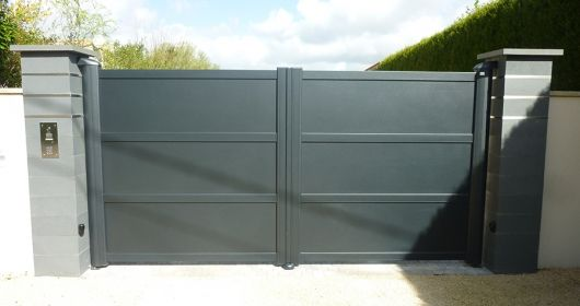 Portail aluminium GYT. Modèle très tendance avec remplissage en panneaux pleins