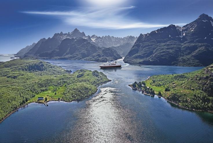 De Hurtigruten boottocht is adembenemend langs de fjorden van Noorwegen. #rondreis #Trjollfjord #Noorwegen
