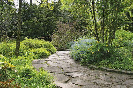 Kamenná dlažba do pískového lože je vhodná především pro zahradní chodníky, ale i pro větší plochy