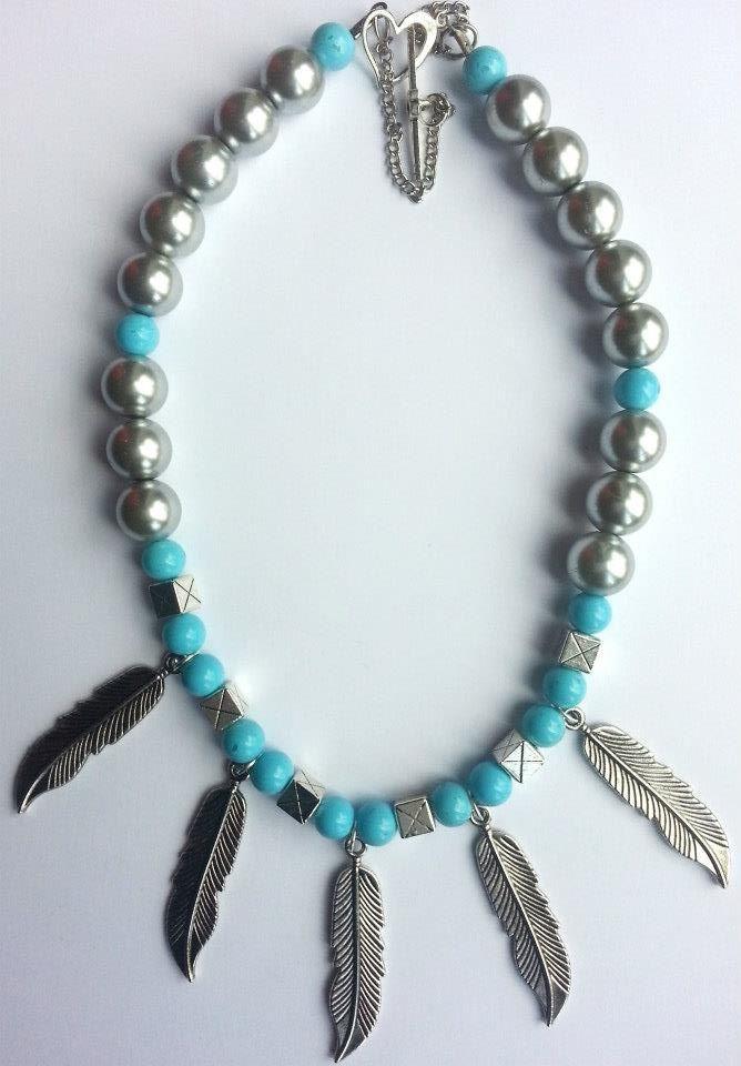 Colier handmade creat din perle argintii si turcoaz cu pene din argint tibetan.