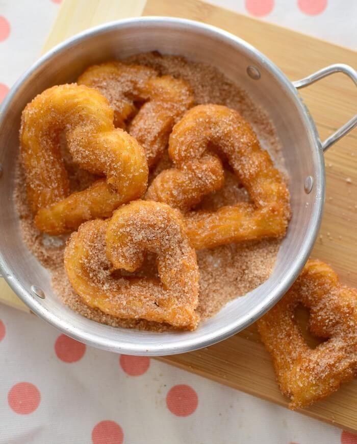 Churros casero hechas con yuca, huevos, maicena; se cubren con azúcar y canela o pueden servirse con una salsa de chocolate