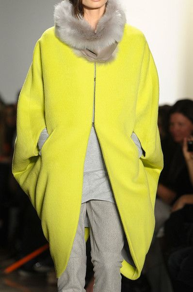Zero + Maria Cornejo - Fall 2012 - Manteau cocon jaune néon et pantalon gris
